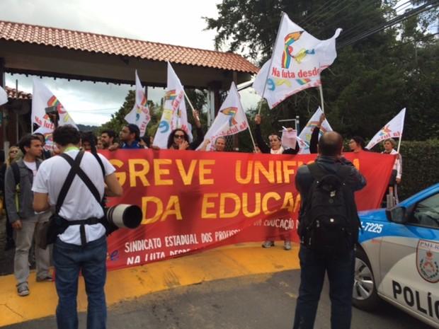 Manifestação na porta da Granja Comary, em Teresópolis (Foto: Glopoesporte.com)