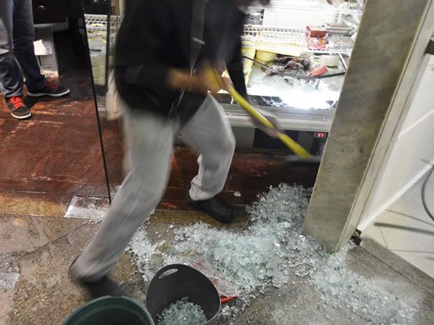 Criminosos atiraram dentro de galeria em Ipanema (Foto: Vitor Madeira/VC no G1)