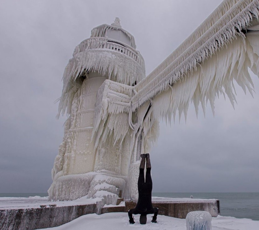 As ondas que caíram sobre o farol acabaram congeladas