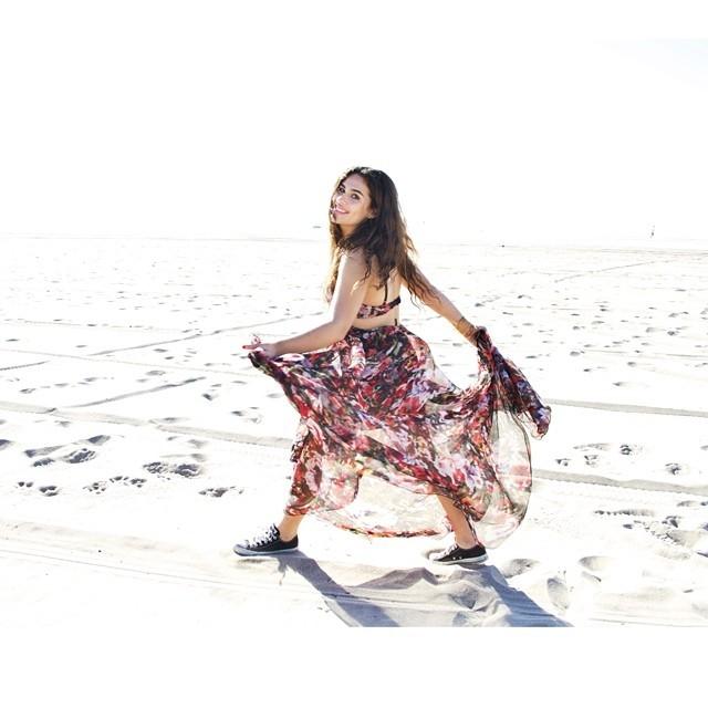 Livian Aragão faz ensaio em praia da Califórnia
