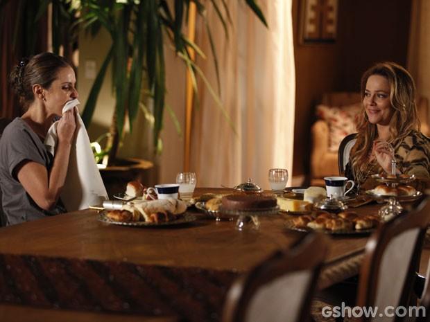 Morta de fome, Rafaela recebe comida e apoio de Shirley (Foto: Pedro Curi/TV Globo)