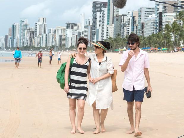 Julia Bernat, Pedro Queiroz e Sonia Braga em cena de 'Aquarius' (Foto: Victor Juca/Divulgação)