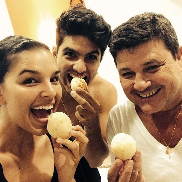 Mariana Rios ensina pão de queijo da família; na foto, ela está com o primo Vitor e o pai Alonso (Foto: Arquivo Pessoal)