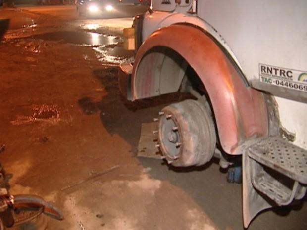 Roda do caminhão foi arrancada após passar por um buraco na rodovia, no ESpírito Santo (Foto: Reprodução/TV Gazeta)
