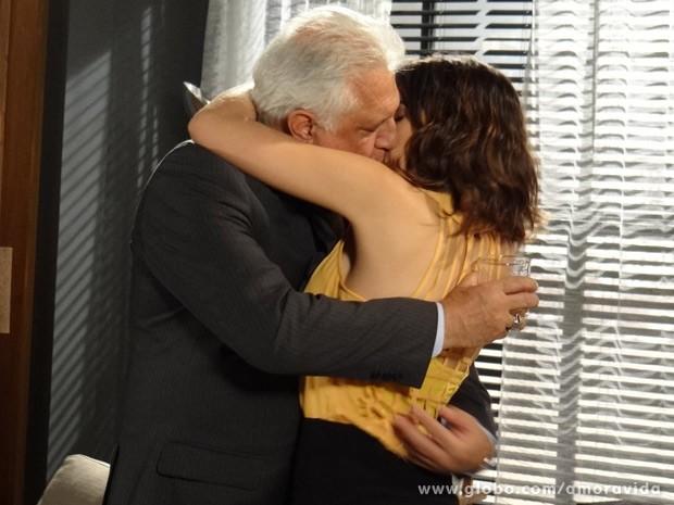 César está cada vez mais entregue a Aline (Foto: Amor à Vida / TV Globo)