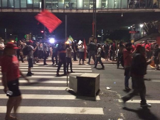 Lixeiras foram jogadas após PM usar bombas contra manifestantes na Paulista (Foto: Roney Domingos/G1)