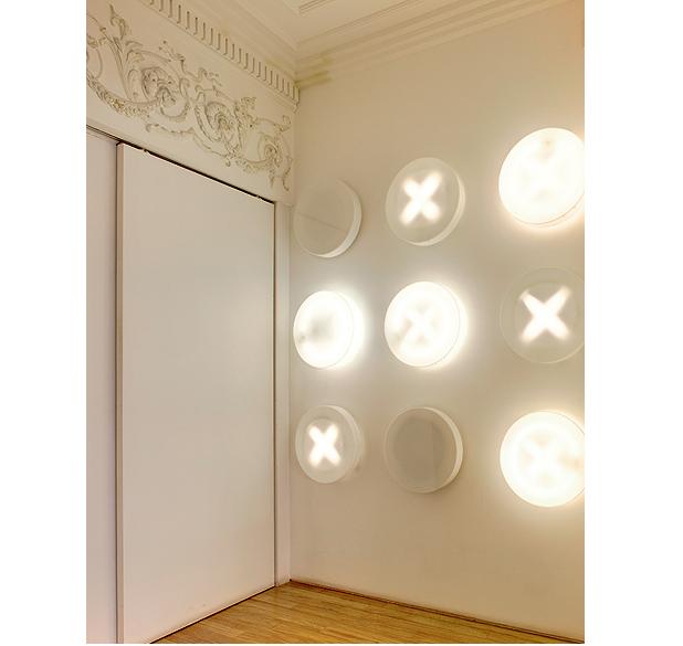"""O hall de entrada da arquiteta Valéria Blay é branco, mas não sem graça. A iluminação é interativa: enquanto os convidados esperam, podem se divertir com o jogo da velha. """"Toda a linguagem da casa tem humor"""", conta (Foto: Edu Castello/Casa e Jardim)"""
