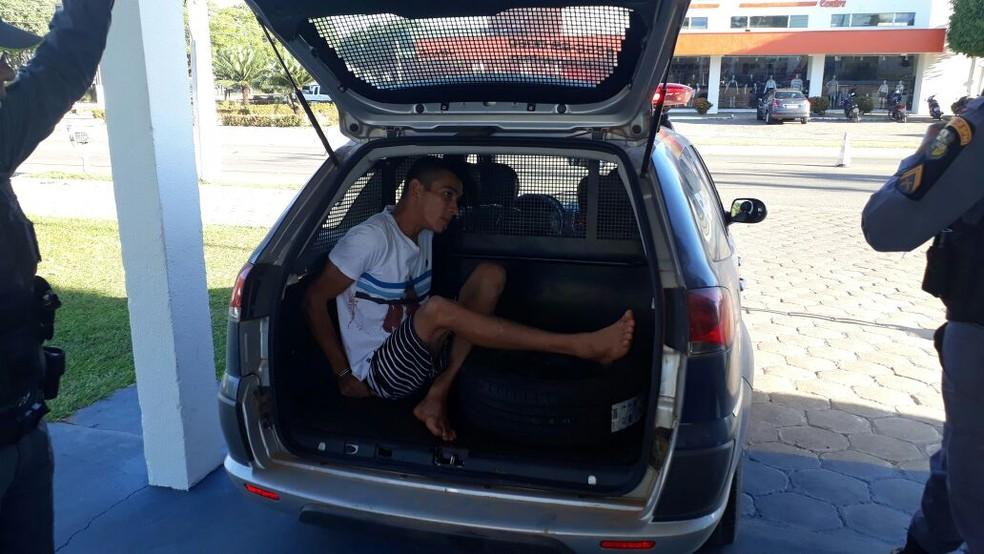 Emerson Diego Pestana da Silva foi preso ainda com as roupas sujas de sangue (Foto: Notícia Exata)