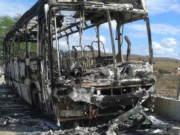 Um dos ônibus atacados foi incendiado na cidade de São José do Campestre (Foto: Jackson Félix/O Paralelo)