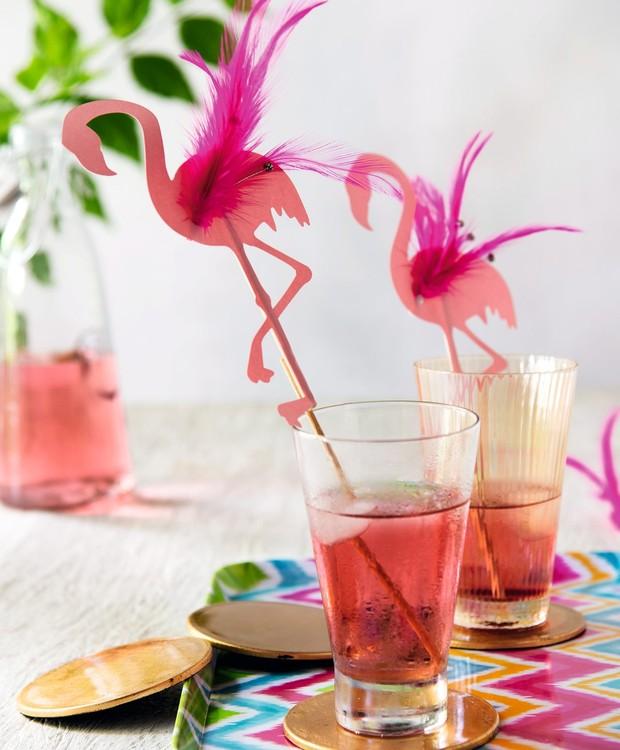 Glamour pouco é bobagem: mexedor de drinques com pluma. Flamingos, penas e bandeja Rica Festa, copos e porta-copos Camicado (Foto: Cacá Bratke / Editora Globo)