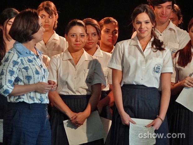 Helena defende Laerte e é expulsa do ensaio (Foto: Em Família/ TV Globo)