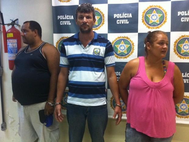 Oldair (ao centro), sua atual mulher, Elizete, e Cícero foram presos nesta terça (Foto: Isabela Marinho/G1)