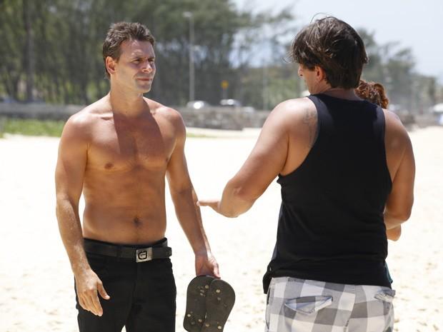 Adriano passa as orientações para Murilo (Foto: Salve Jorge/TV Globo)
