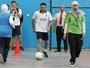 Xavi joga futebol com palestinos em campo de refugiados na Jordânia