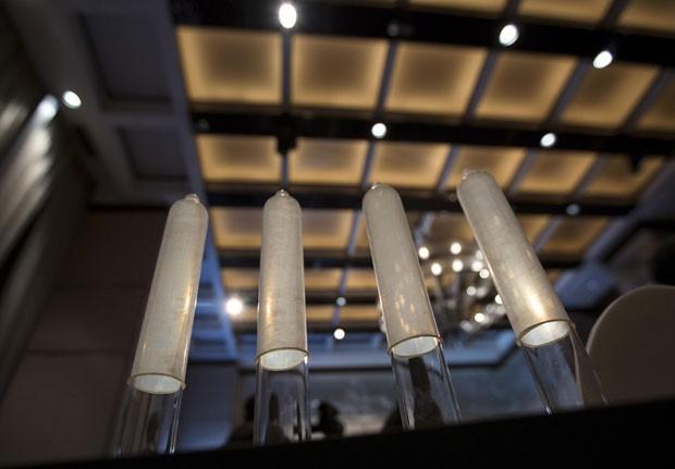 Camisinha feita por empresa chinesa foi reconhecida como a mais fina do mundo, com 0,036 milímetros de espessura (Foto: Tyrone Siu/Reuters)