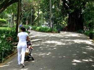 """Babá passeia com carrinho de bebê no """"parque das Babás"""" em área nobre de São Paulo  (Foto: Felipe Souza BBC Brasil)"""