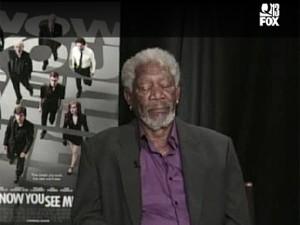 Morgan Freeman cochila durante entrevista para emissora americana (Foto: Reprodução/Q13 FOX)