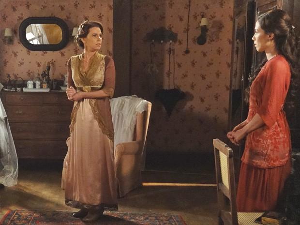 Teresa gela ao perceber que Sandra contou tudo para Laura (Foto: Lado a Lado/TV Globo)