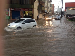 Chuva alaga ruas no Sul (Foto: Gabriel Felipe/RBS TV)