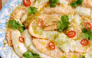 Salmão e peixe branco ao forno, preparados em estilo asiático