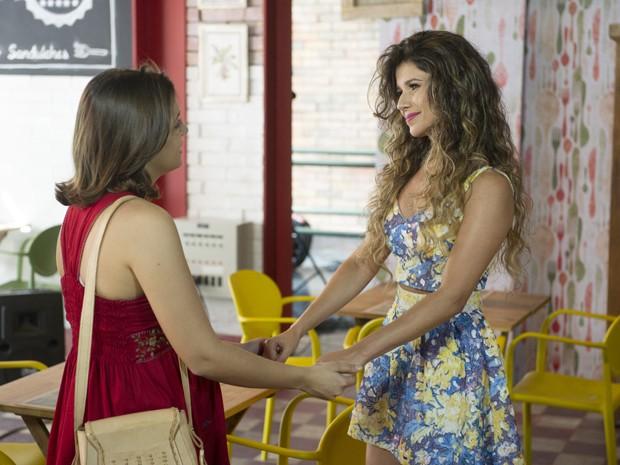 Paula Fernandes faz uma surpresa para a personagem Mari (Maria Luísa Campos) (Foto: Renato Rocha Miranda / TV Globo)