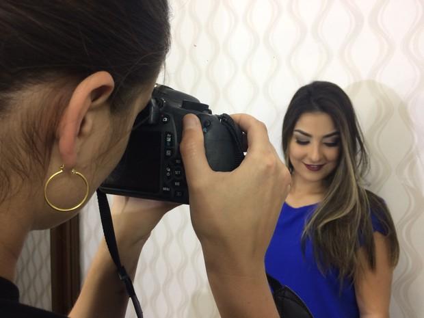 Após maquiagem finalizada, pausa para a foto (Foto: Lúcia Ribeiro/G1)
