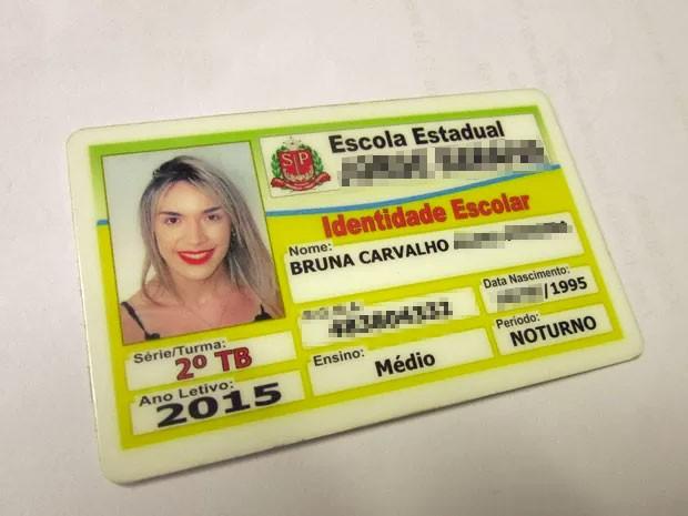 A estudante Bruna Carvalho teve seu nome social incluído na chamada e em sua carteirinha escolar (Foto: Larissa Santos/G1)