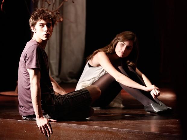 João e Bianca sacam logo que estão sendo espionados (Foto: Inácio Morais / Gshow)