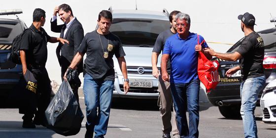 Heitor Lopes de Sousa Júnior, diretor da Rio Trilhos, chega preso à Polícia Federal. Ele é investigado em desdobramento da Operação Lava Jato no Rio (Foto: Pablo Jacob / Agência O Globo)