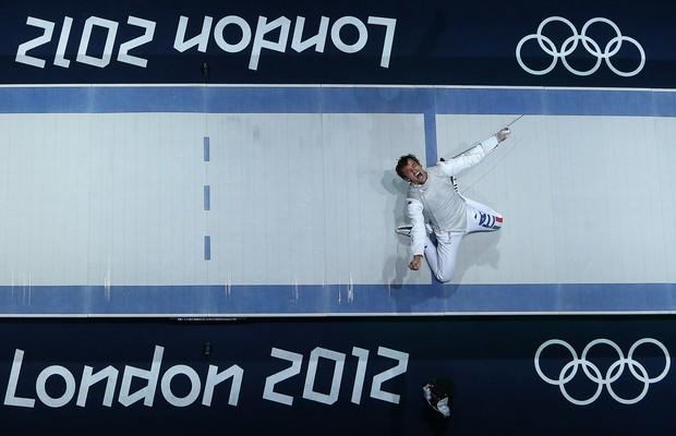 O esgrimista Andrea Baldini, da Itália, comemora medalha de ouro nos Jogos Olímpicos de Londres, em 2012 (Foto: Chris McGrath/Getty Images)