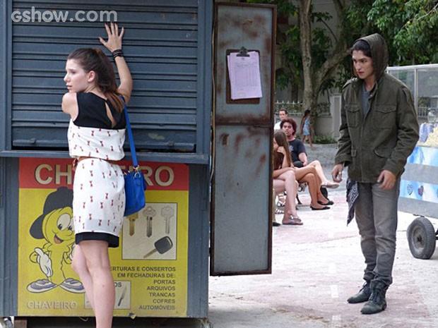 Antônio vai em direção a Bruna para conseguir colocar plano em prática (Foto: Malhação / TV Globo)
