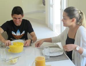 Osvaldo e a mulher Gleiciane comem o cuscuz (Foto: Daniel Romeu/Globoesporte.com)
