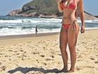 Angela Sousa mostra boa forma em foto na praia e recebe elogios