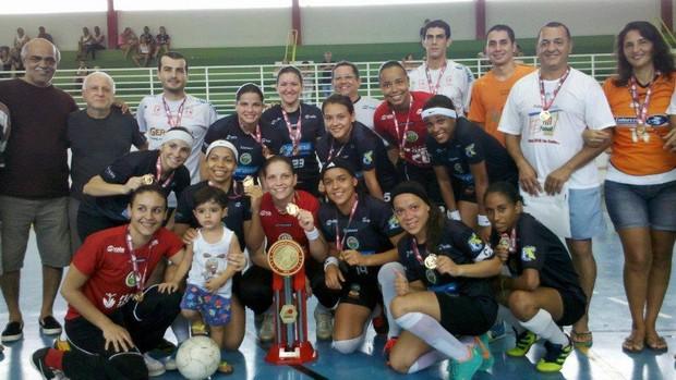 Após 4 jogos e 4 vitórias, todas por goleadas, as meninas do Futsal Valadarense fizeram a festa no Ginásio Salim Thébit, no clube Filadélfia (Foto: Poliana Rodrigues/Divulgação)