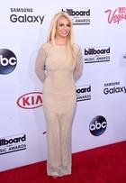 Britney Spears vai com vestido totalmente fechado a evento