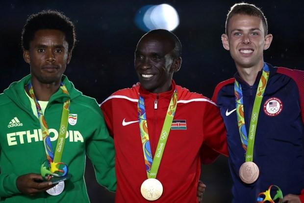 Campeões da maratona masculina da Rio 2016 com suas medalhas (Foto: Ezra Shaw/Getty Images)