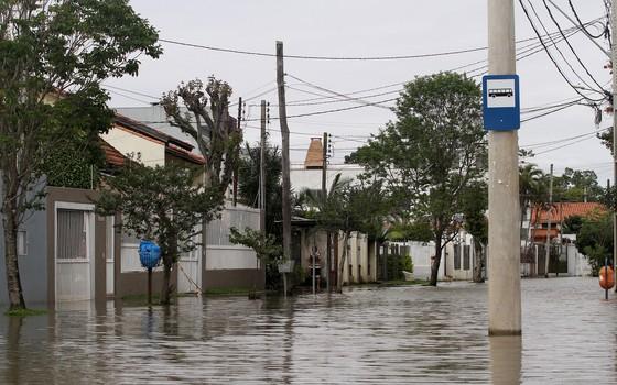 Inundação em rua da zona sul de Porto Alegre com a cheia do rio Guaiba (Foto: Roberto Vinicius / Eleven / Agência O Globo)