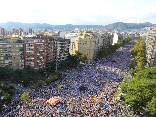 Multidão é vista na rua Meridiana, em Barcelona, durante manifestação pró- independência Catalã, na sexta (11) (Foto: AFP Photo/Gerard Julien)