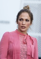 Jennifer Lopez surpreende com look comportado nos Estados Unidos