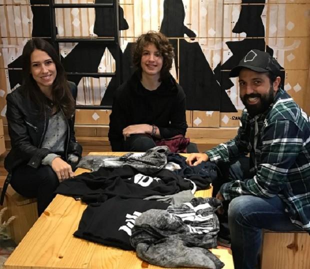 Lucas Jagger (ao centro) na loja da Mini U.S no Shopping Cidade Jardim, em SP (Foto: Reprodução Instagram MINI U.S)