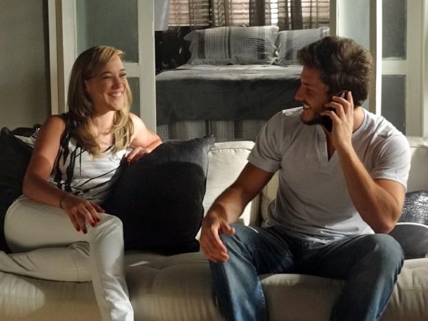 Léo e Amanda ficam muito felizes com a ligação de Beatriz  (Foto: Paula Paiva/Gshow)