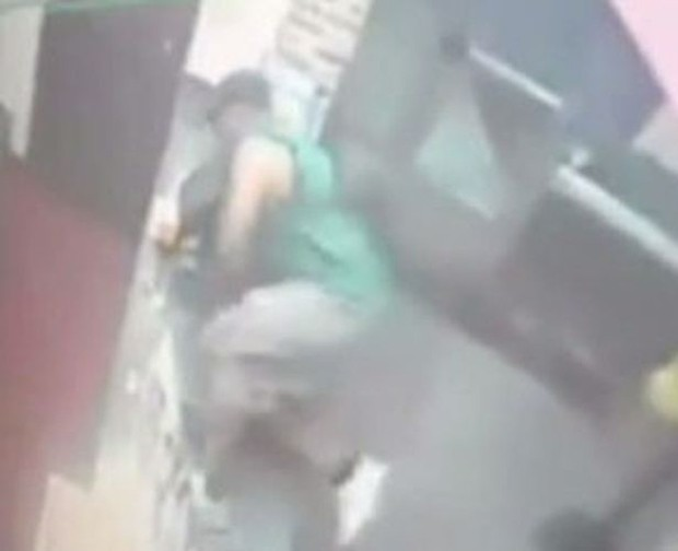 Imagens das câmeras de vigilância mostram homem arremessando objetos, pulando balcão e agredindo a funcionária Alejandra Estrada (Foto: MSNBC)