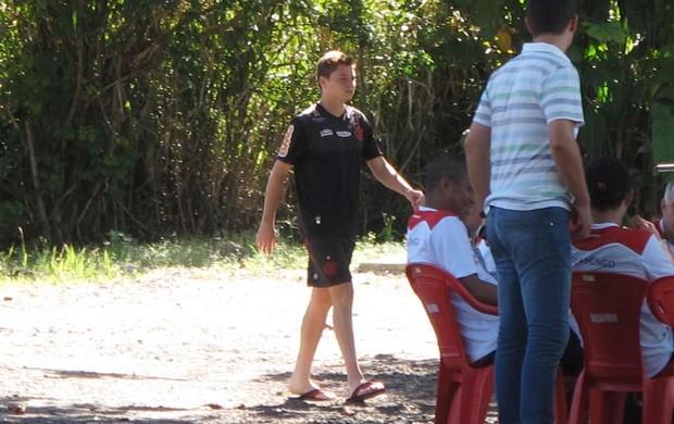 Adryan caminha de chinelos no ninho do urubu (Foto: Janir Junior / globoesporte.com)