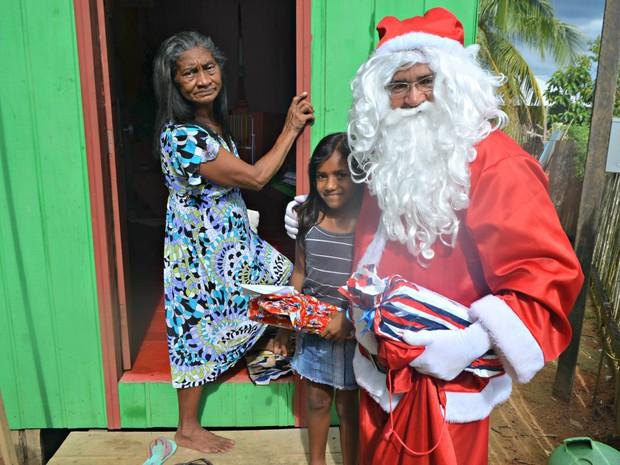 Famílias comemoram entrega de presentes pelo Papai Noel dos Correios  (Foto: Adelcimar Carvalho/G1)