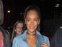 Rihanna deixa sutiã à mostra em balada com Drake