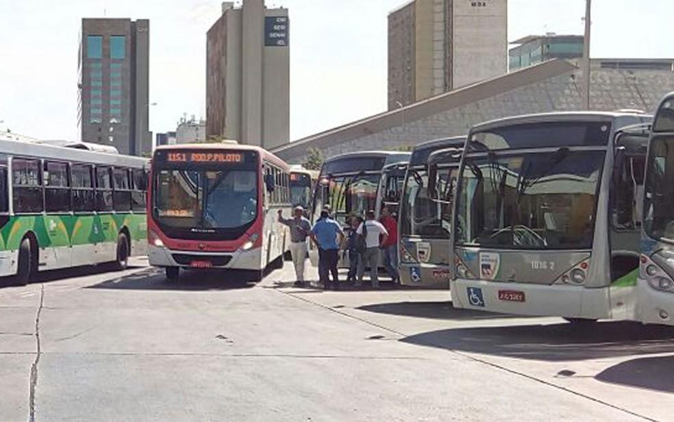 Õnibus da TCB, empresa pública do DF, estacionados na Rodoviária de Brasília (Foto: Vinícius Souza/G1)
