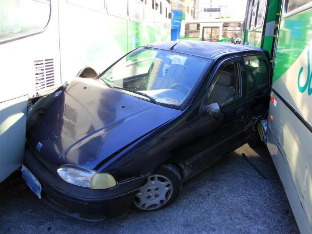 Acidente em Sorocaba deixa carro prensado entre dois ônibus (Foto: Arquivo Pessoal/Cássia Santos)
