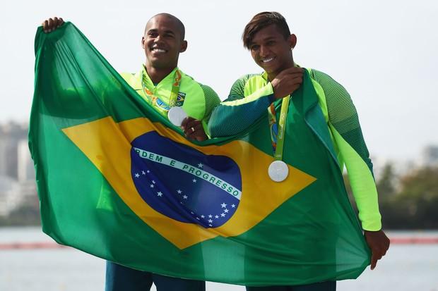 Erlon de Souza e Isaquias Queiroz posam com medalhas de prata (Foto: Ryan Pierse/Getty Images)
