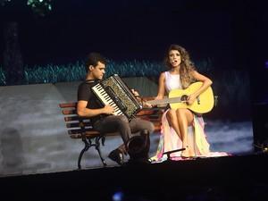 Paula Fernades e seu sanfoneiro em São Paulo (Foto: EGO)
