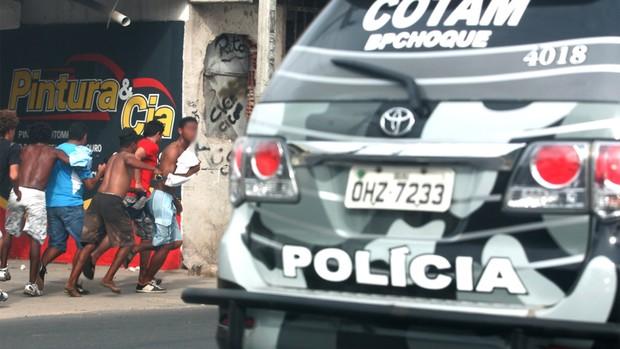 Briga entre torcedores nos arredores do Castelão (Foto: Alex Costa/Agência Diário)